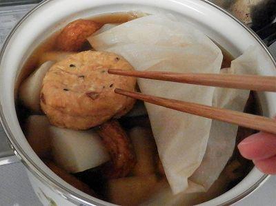 煮物の鍋に練り物追加