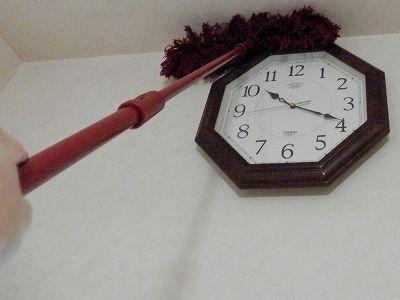 ダスキンモップで時計の上