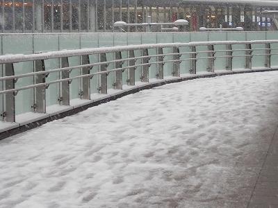 雪が積もった歩道橋