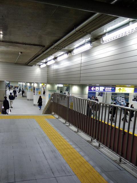 天井の低い通路