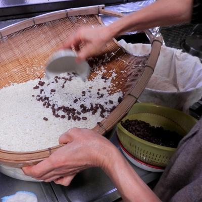 小豆ともち米を蒸し器に入れる