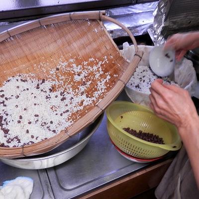 小豆ともち米を蒸し器に入れる2