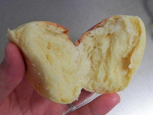 甘生地の丸パン、割ったところ