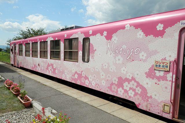 フラワー長井線の桜ラッピング車両