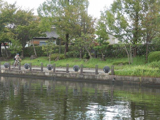 富岩運河右手の遊歩道