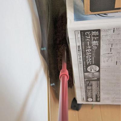 うさぎケージと壁の隙間にモップ