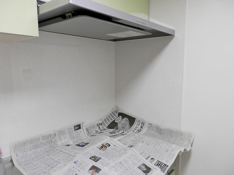 レンジフードの下に新聞紙を敷いたところ