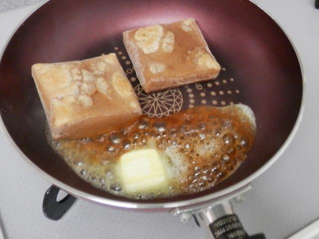 餅のフライパンに、バターと醤油を入れたところ