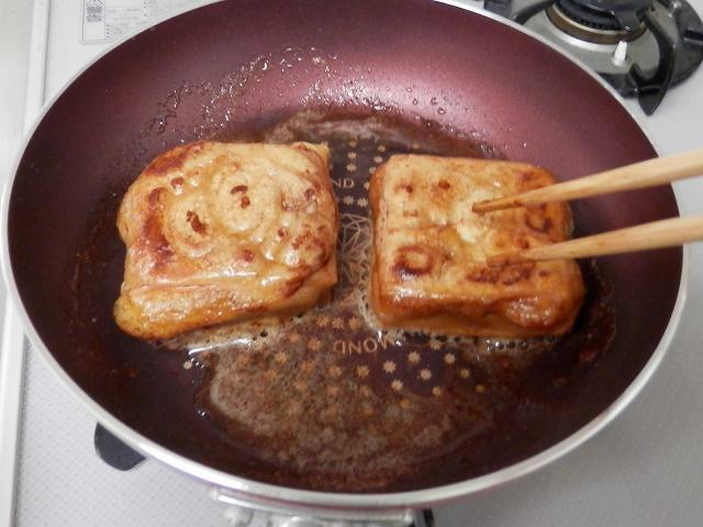 フライパンの餅にバター醤油を絡ませているところ1