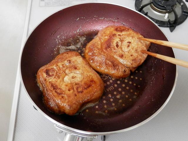フライパンの餅にバター醤油を絡ませているところ2
