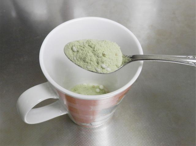 うす茶あられをマグカップに入れる