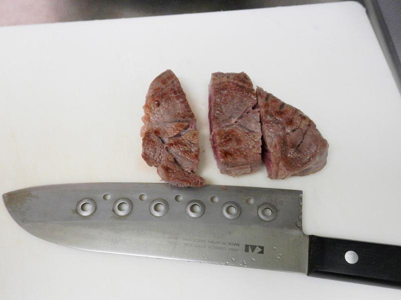 牛すねシチューの肉を切っているところ