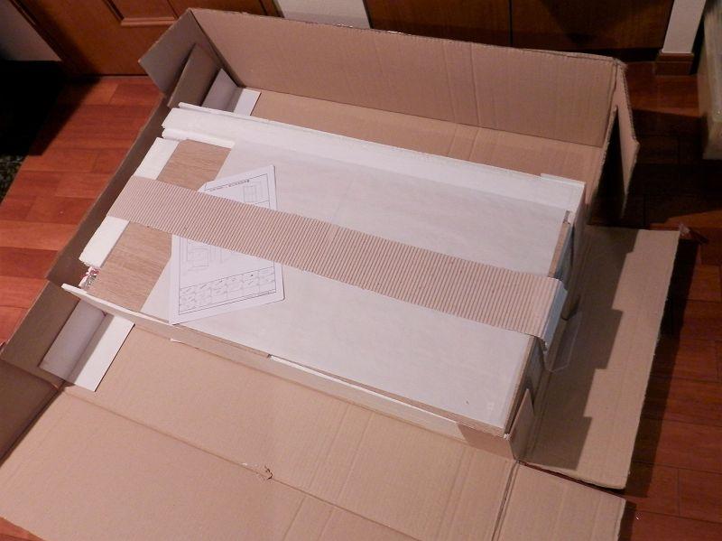 3連本棚の梱包を開けたところ