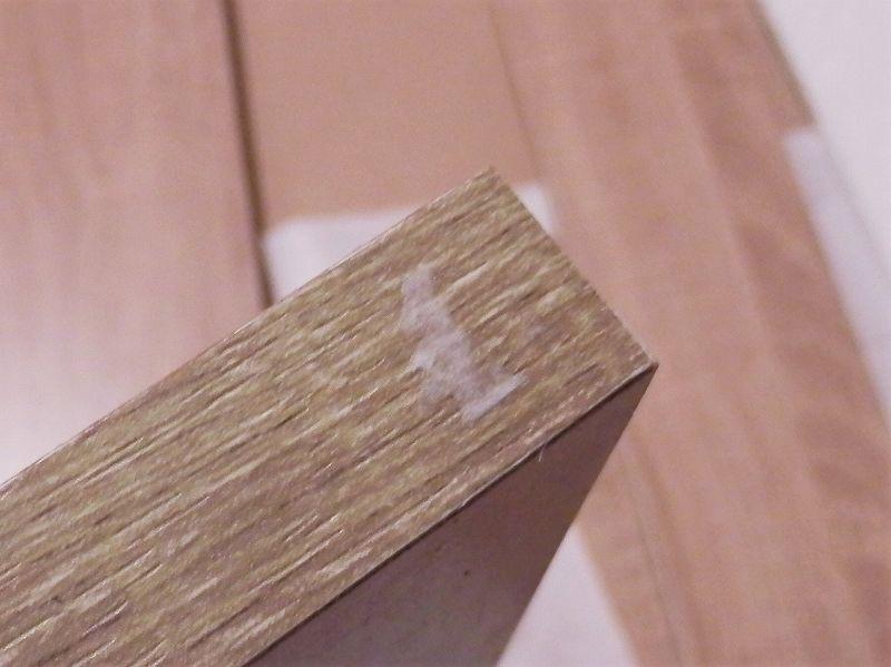 3連本棚の部品からシールを剥がす