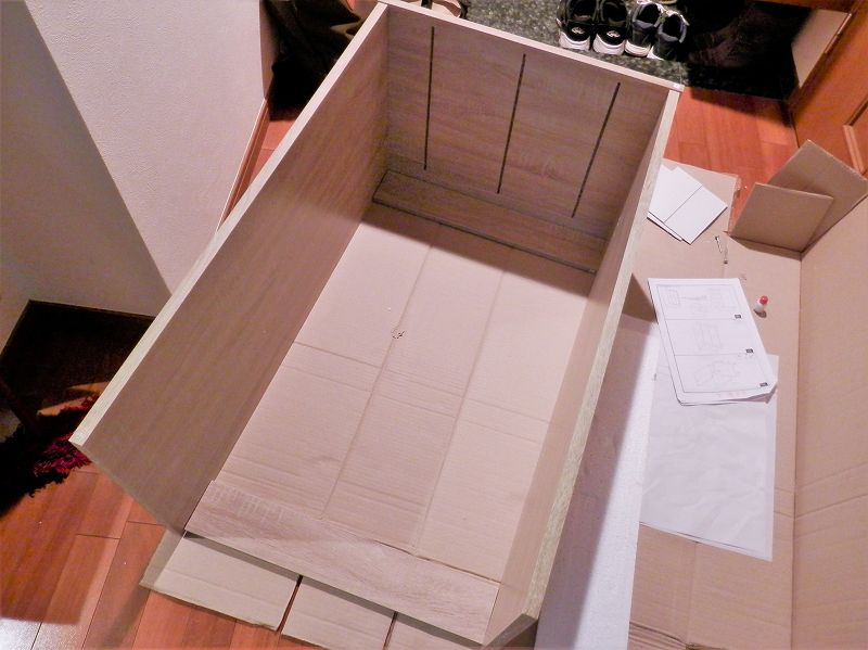 3連本棚の外ケースを組んだところ