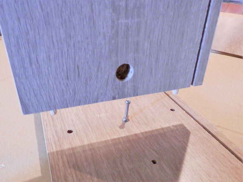 側板と固定棚板をくっつけるところ(3連本棚)