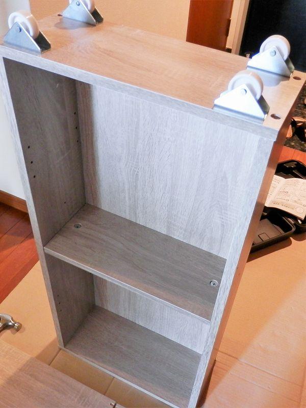 ラック3本目の天板と底板をはめた(3連本棚)