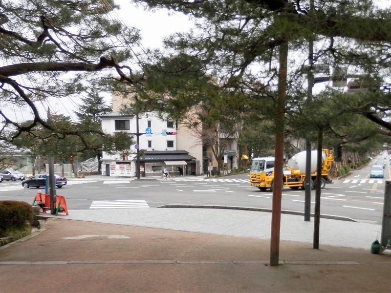 真弓坂入口を出たところの交差点(兼六園、広阪)