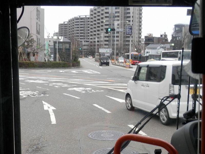 金沢駅手前の六枚町への分岐(バス車窓より)